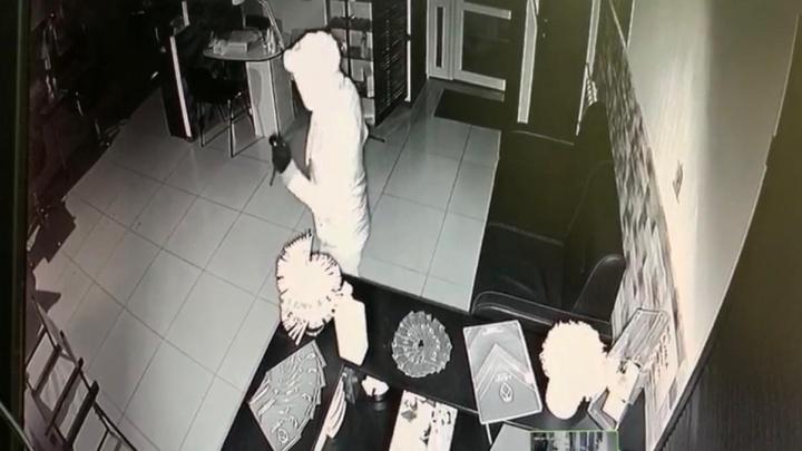 «Уехал с нашим сейфом»: в Екатеринбурге мужчина на самокате ограбил салон красоты