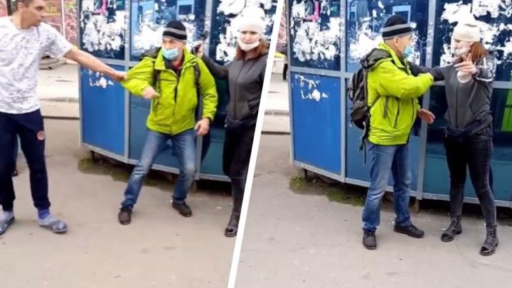 Кондуктор и водитель набросились на пассажира на площади Маркса и попытались затащить его в салон