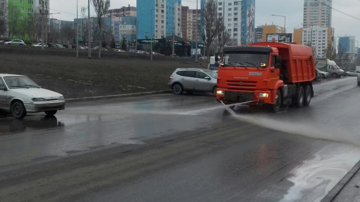 Самарские улицы начали мыть шампунем