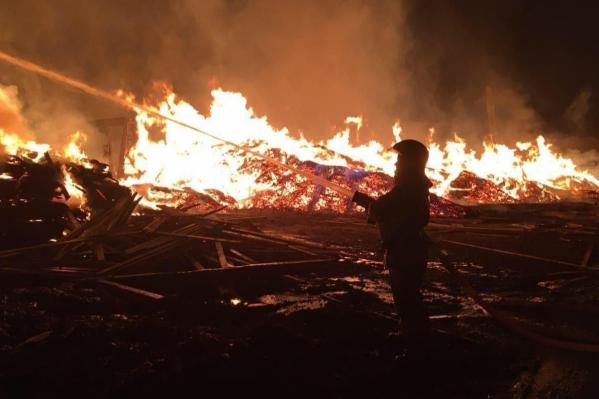 Лесопилка загорелась в 22 часа