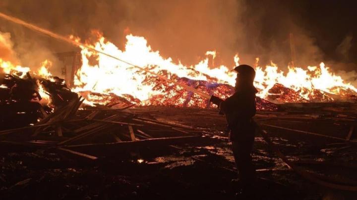 На севере края ночью загорелась база стройматериалов на лесопилке