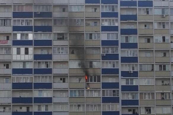 В Кировском районе на 11-м этаже загорелась квартира: пожарные эвакуировали мужчину