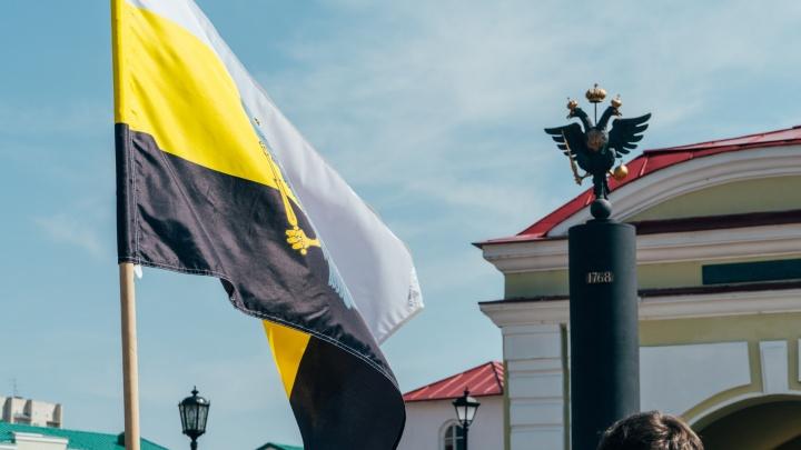 В Омске рядом установили обелиск с двуглавым орлом — сравниваем его с оригиналом