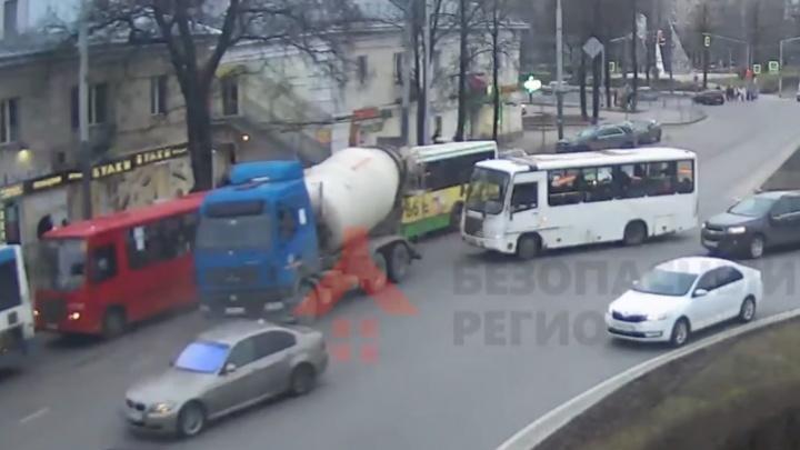 «Не смог проскочить»: в Ярославле бетономешалка столкнулась с автобусом и маршруткой. Видео