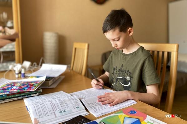 Детям приходится адаптироваться практически к домашнему обучению