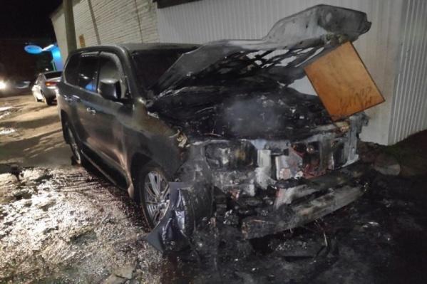 С огнем удалось довольно быстро совладать, но автомобиль все равно сильно поврежден<br>