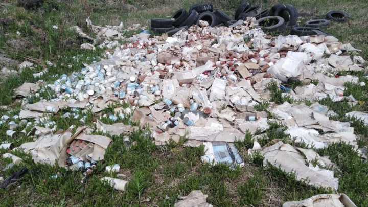 В Октябрьском районе жители коттеджного поселка нашли свалку просроченных консервов
