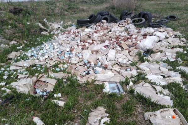 Рядом со своими домами жители обнаружили кучу пищевых продуктов в пластиковой упаковке и старые шины