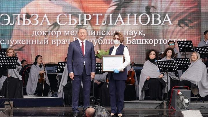 Хабиров наградил почетной грамотой бывшего главврача РКБ Эльзу Сыртланову