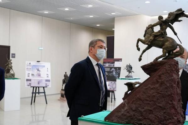 Глава Башкирии рассмотрел некоторые варианты внешнего вида монумента