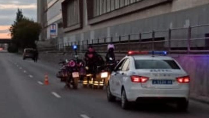 На улице Серафимы Дерябиной девушка на мотоцикле столкнулась с Chevrolet Lacetti