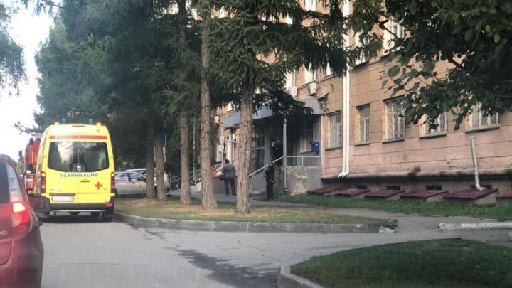 Не могут приступить к работе: смотрим, как в Новосибирске людей эвакуируют из зданий (онлайн-репортаж)