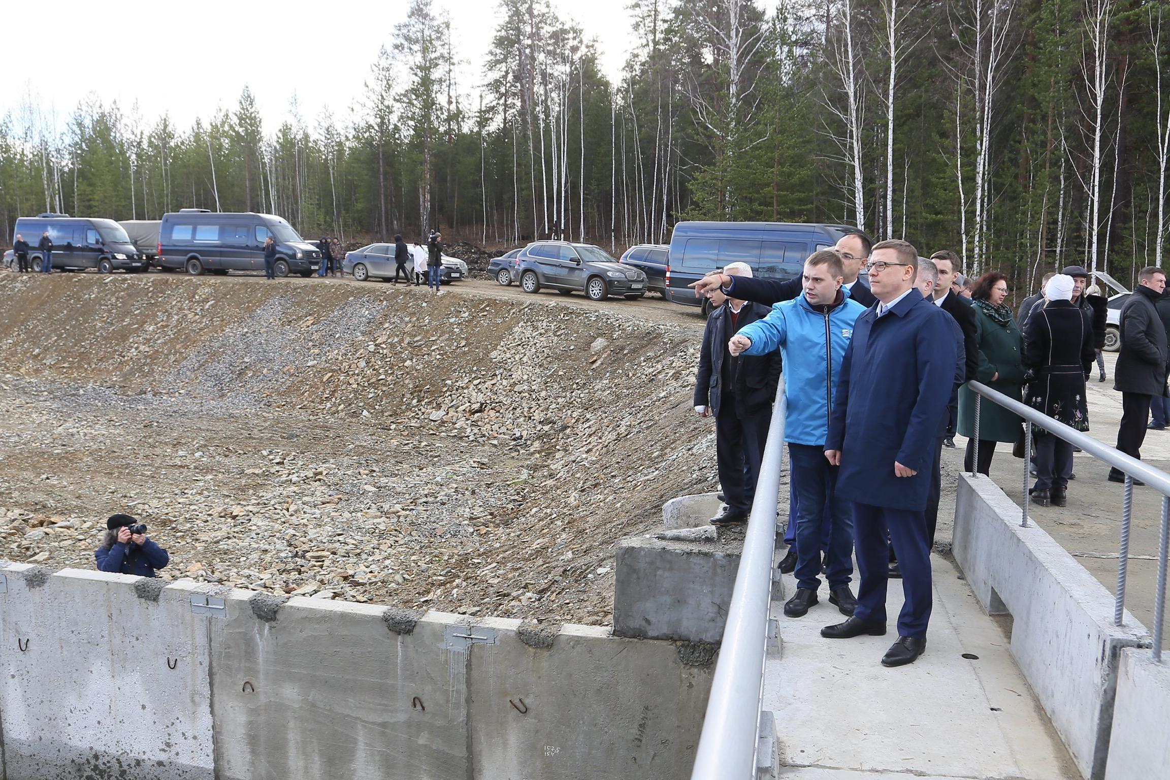 Губернатор Челябинской области Алексей Текслер осматривает обводной канал. Из снимков официальной хроники совершенно неясно, куда ведёт этот канал и зачем он нужен