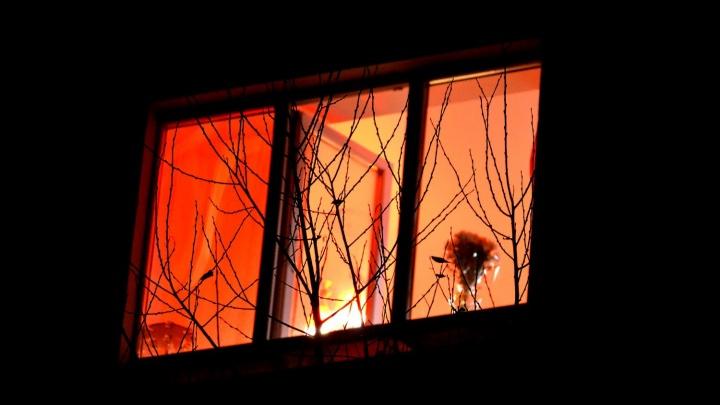 В Омске ребенок выпал из окна третьего этажа