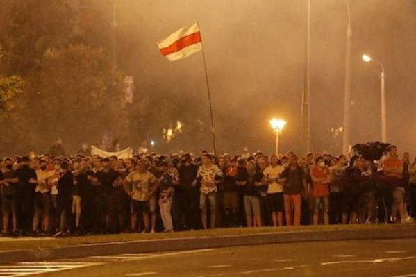 Тысячи людей вышли на улицы