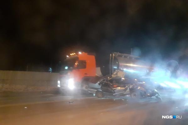 От удара грузовик вылетел с проезжей части и пробил забор