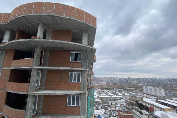 С крыши этой строящейся 25-этажки в ЖК «Оазис» сегодня ветром сдувает полиэтилен
