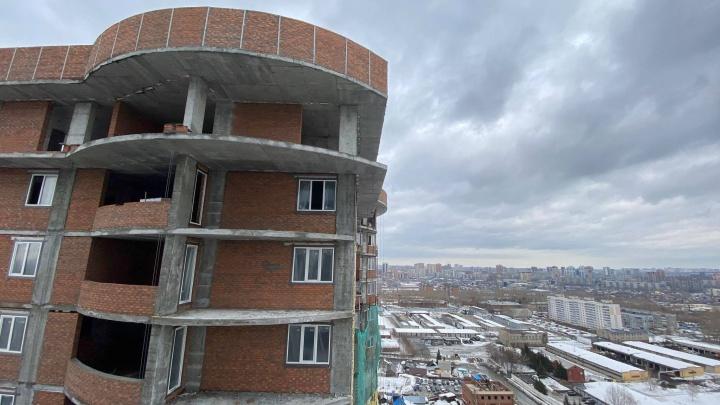 На улице Лескова пошёл необычный «дождь» из полиэтилена