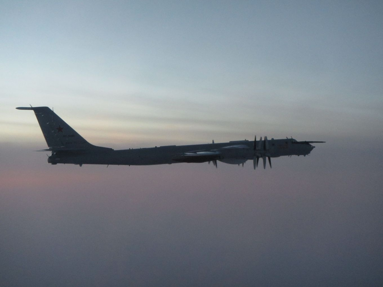 Самолет Ту-142 ВКС РФ, сфотографированный с борта истребителя Eurofighter Typhoon Королевских ВВС 28 ноября 2020 года