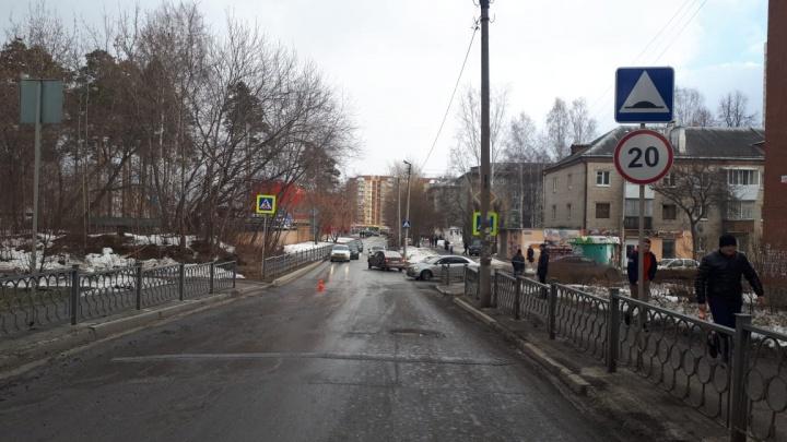 В Екатеринбурге разыскивают человека, который сбил школьницу на пешеходном переходе и скрылся