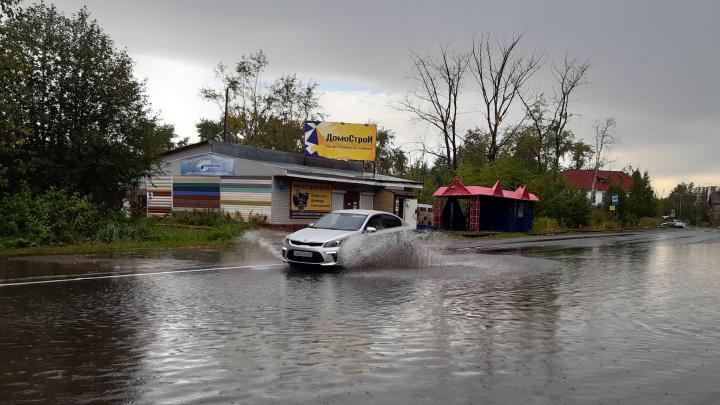 От края до края: смотрим, как затопило улицу в Архангельске во время грозы, — видео