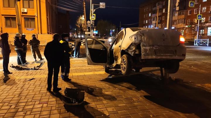 В центре Омска таксист налетел на забор