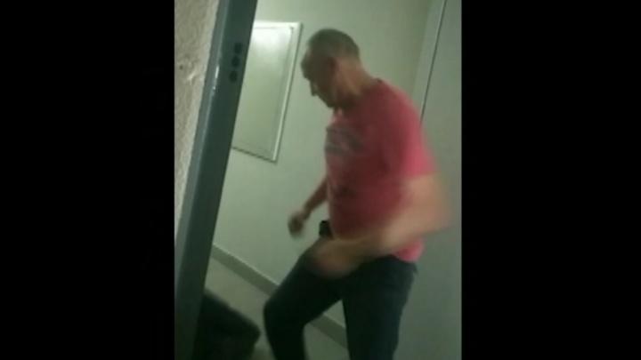В Светлом записали на видео, как мужчина, ранивший ножом женщину, избивал пожилого соседа
