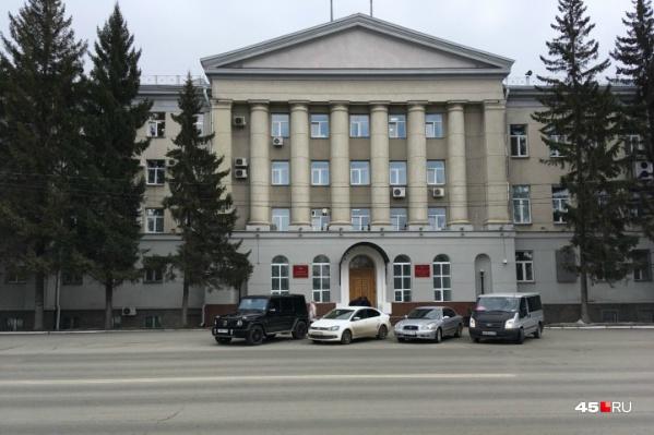 Авария у здания правительства региона произошла еще 16 июня, устранять ее начали только сегодня