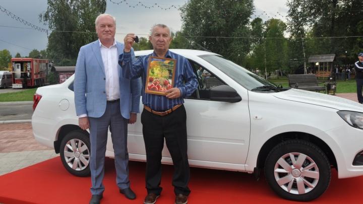 Минусинский пенсионер вырастил помидор весом почти в два килограмма и получил за это «Гранту»