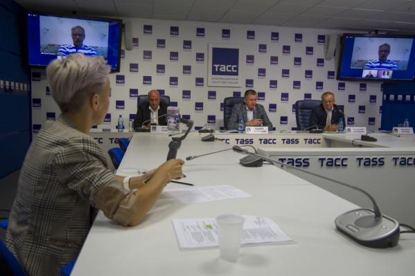 На фото слева направо: Игорь Кудин, Андрей Колмаков и и.о. начальника департамента энергетики, жилищного и коммунального хозяйства Новосибирска Владимир Ткаченко