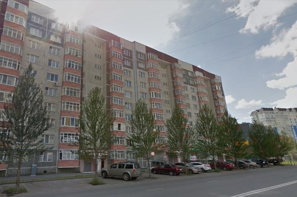 Нападение произошло в одном из подъездов многоэтажки в районе ТРЦ «Кристалл»