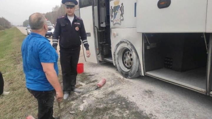 На ходу заметил горящее колесо: автоинспектор спас от пожара пассажиров автобуса на Чуйском тракте
