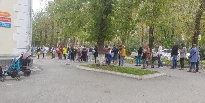 Перед открытием детсадов в поликлиниках Екатеринбурга выстроились гигантские очереди