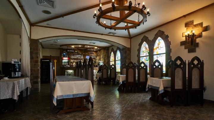 Гостиницу в средневековом стиле на Красном Пути выставили на продажу за 160 миллионов