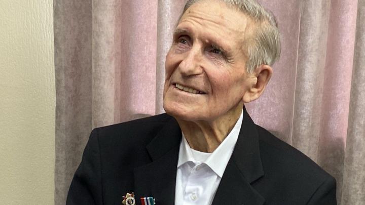 Лауреат «Народной премии НГС» и новосибирский художник отметил 95-летие — рассказываем, чем известен долгожитель