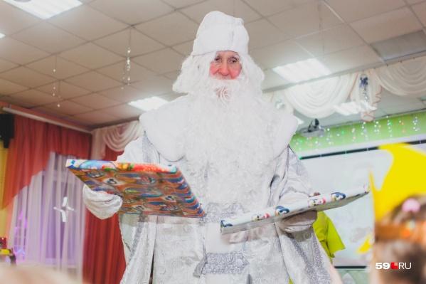 Дедушки Морозы смогут прийти на детские праздники, только если они сами работают в этой школе или детсаду