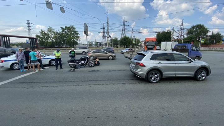 Грузовая «Газель» смяла мотоциклиста с пассажиркой на крупной магистрали Челябинска