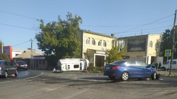 В Ростове перевернулась машина скорой помощи