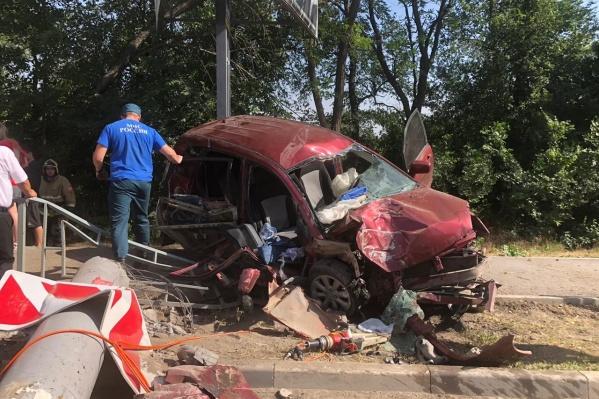 Автомобиль после столкновения превратился в груду металла