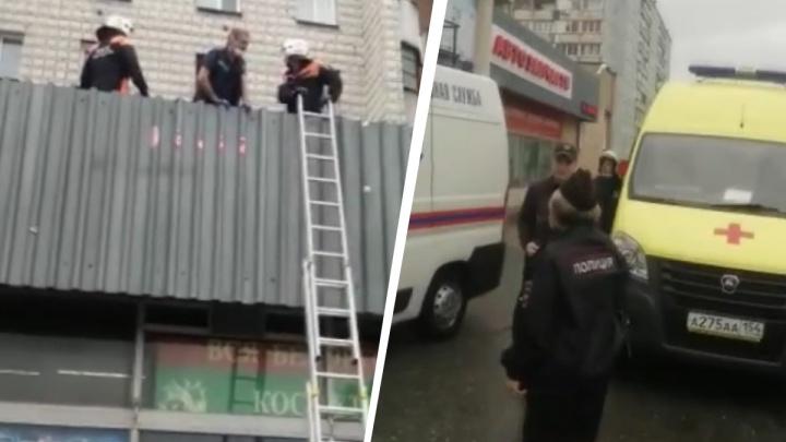 «Забралась на подоконник и выпала в форточку»: следователи начали проверку из-за падения из окна 2-летней малышки