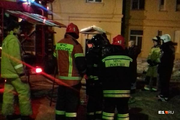 Пожарные эвакуировали жильцов