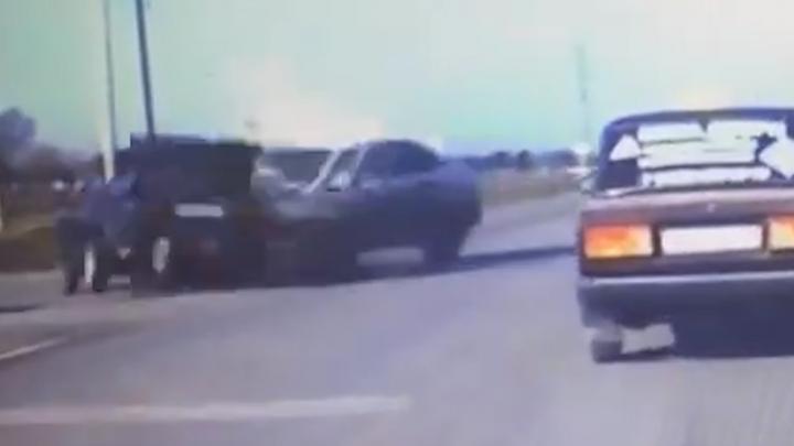 В серьезном ДТП под Сальском пострадал водитель легковой