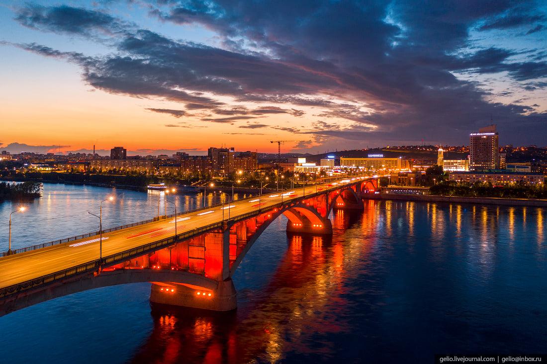 Коммунальный мост в вечерней иллюминации