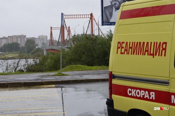 Девочку после падения с первого этажа увезли в больницу