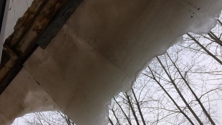 «Алло, УЖХ, вы где?»: уфимка пожаловалась на гигантскую глыбу льда, которая свисает с крыши дома
