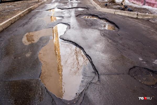 Дороги во дворах Ярославля — испытание для пешеходов и водителей