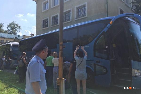 Родители проводили детей в лагерь «Маяк» — там первая смена началась 7 июля