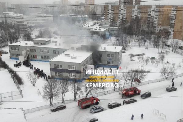 Школа загорелась примерно в 12 часов