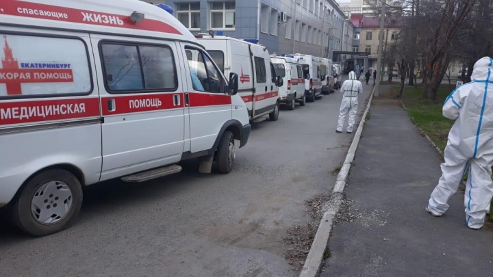Жители Екатеринбурга сняли огромную очередь из машин скорой в 24-ю больницу. Что случилось?