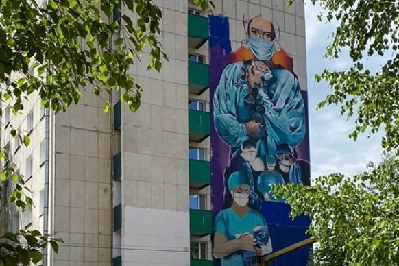 В Уфе на фасаде еще одной больницы рисуют граффити, посвященное медикам